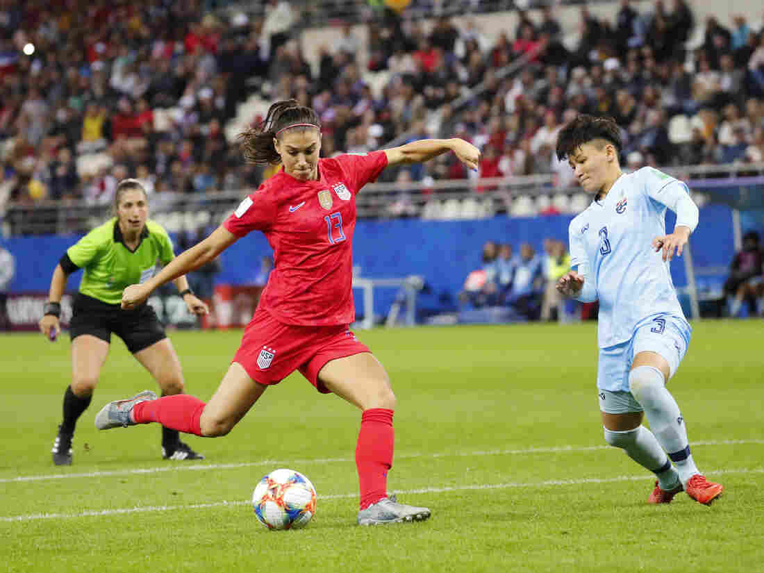 Carli Lloyd trolls critics with golf clap at World Cup