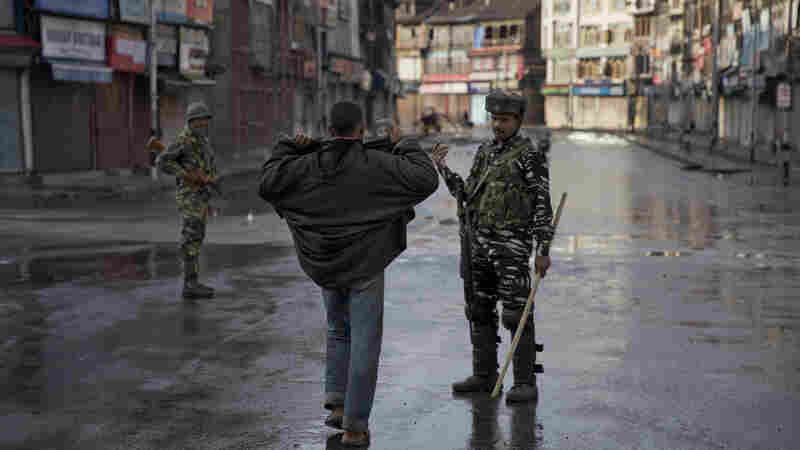 Tensions Continue High Over Kashmir, With 500 Arrests And A Communications Blackout