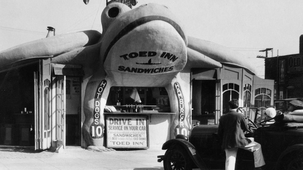 This toad-shaped sandwich bar called the Toed In, near Los Angeles in 1939, allowed you to grab a bite to eat while your car got serviced. There