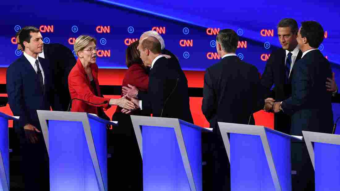 Democratic presidential hopefuls shake hands on stage after the first round of the second Democratic primary debate. (Photo by Brendan Smialowski / AFP)
