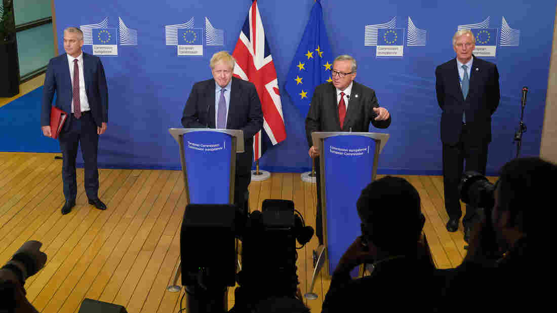 BRUSSELS, BELGIUM - OCTOBER 17: British Prime Minister Boris Johnson (C-L) and European Commission President Jean-Claude Juncker (C-R) give statements to the media. (Photo by Sean Gallup/Getty Images)