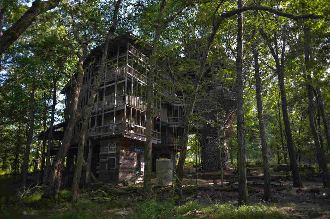 Westlake Legal Group treehouse-12_slide-f1cbfd5e575b2d9c8f6cdb1602591fd1601c1719-s1100-c15 A Giant Treehouse 'Like A Castle' Is Destroyed By Fire In Tennessee