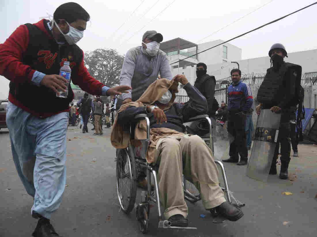 Violence erupts as lawyers storm hospital in Pakistani