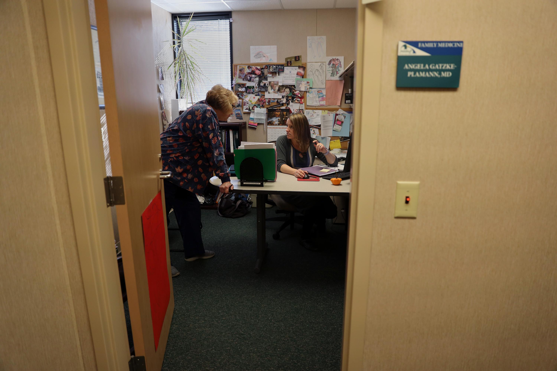 La Dra. Gatzke-Plamann en su oficina en el Centro Médico Familiar Necedah con la asistente médica Laurie Kenke. Él dice que es difícil dejar espacio para la buprenorfina y la práctica familiar, pero considera que es una responsabilidad importante para su comunidad.
