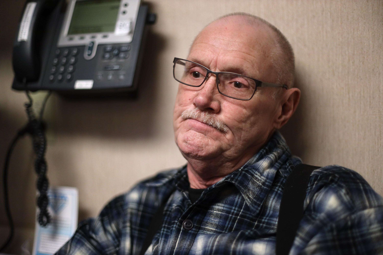 Michael Kruchten, de 62 años, paciente de la Dra. Angela Gatzke-Plamann, toma opioides recetados para el dolor crónico.