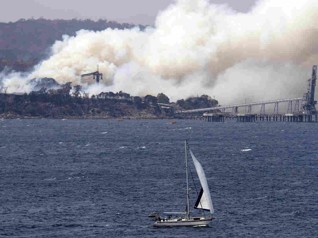 Westlake Legal Group ap_20010153539489-4dc56d63d923a0b7cf2b050d109a220eff7044a2-s1100-c15 Enormous 'Megafire' In Australia Engulfs 1.5 Million Acres