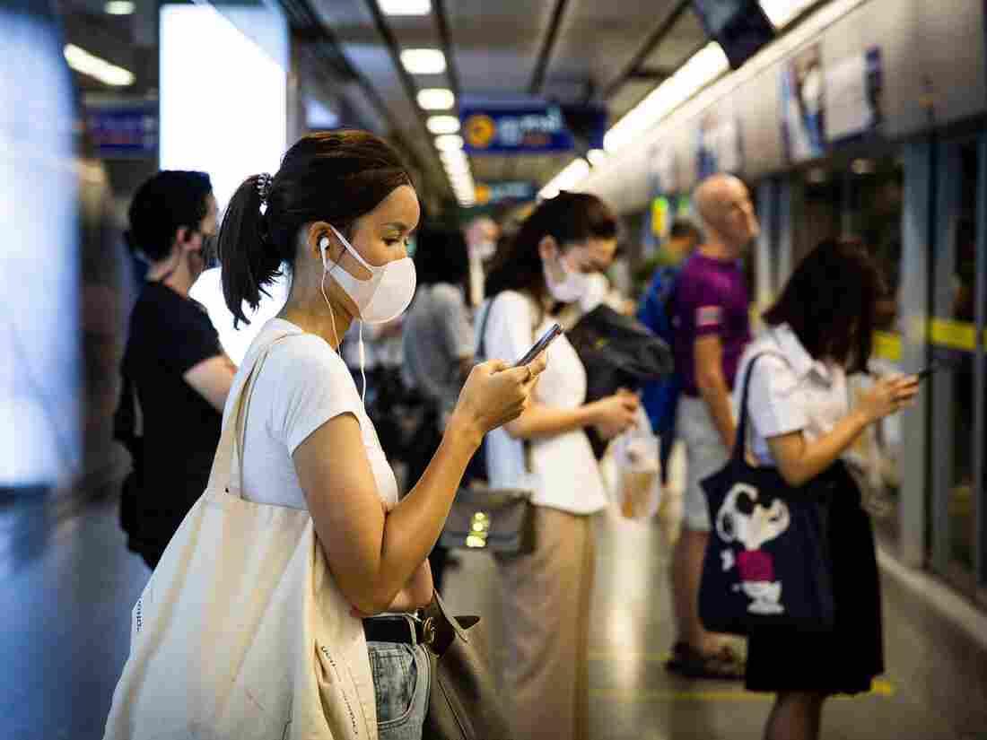 BANGKOK, THAILAND - FEBRUARY 28: People wear N95 face masks on the Sukhumvit MRT train platform on February 28, 2020 in Bangkok, Thailand.(Photo by Lauren DeCicca/Getty Images)