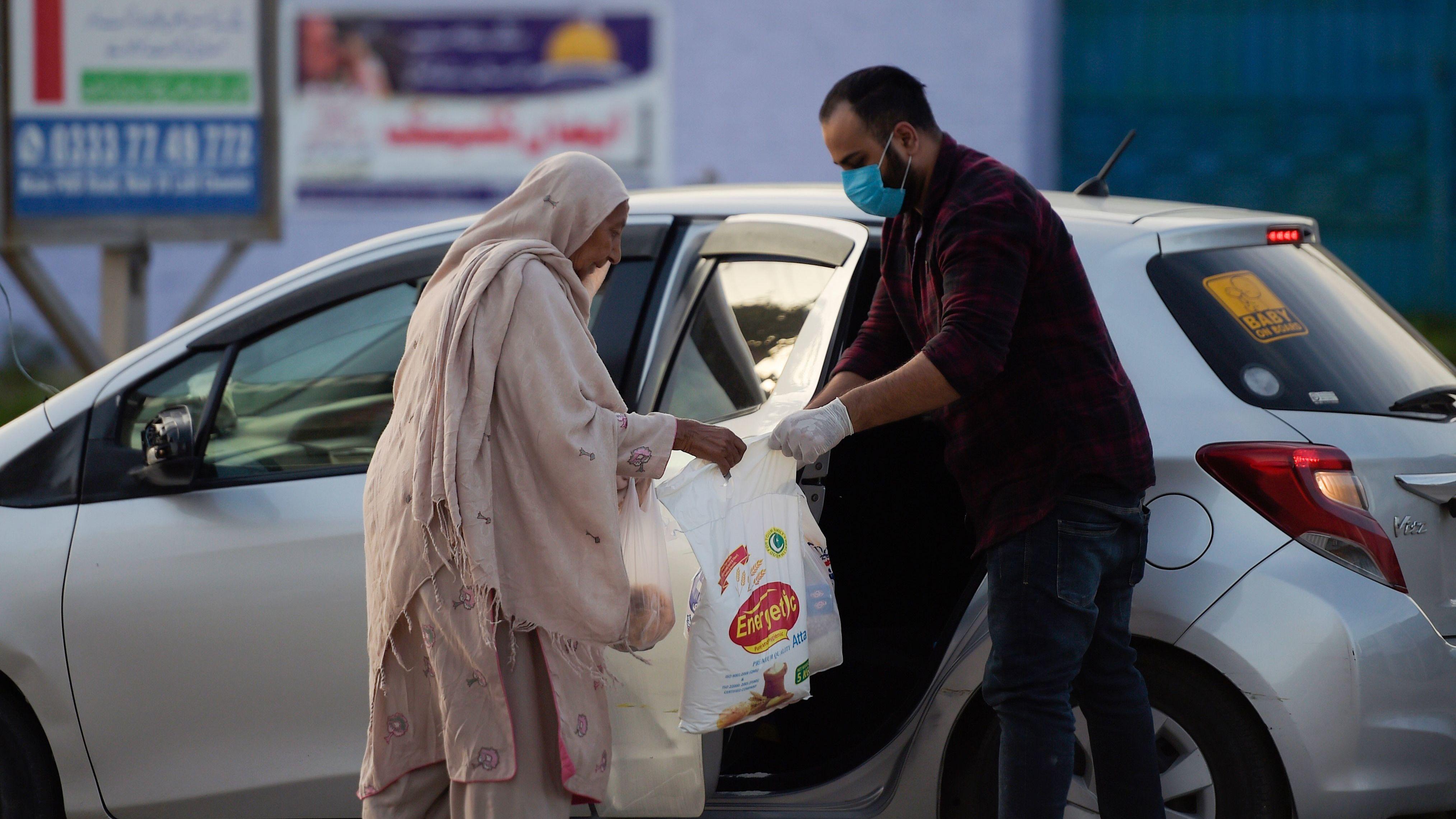 As The Coronavirus Rips Through Pakistan, Volunteers Rush Out To Help