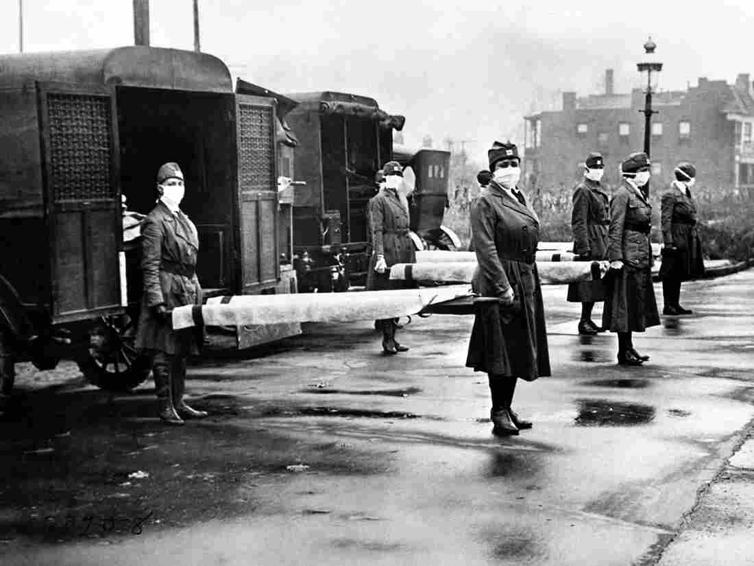 The St Louis Red Cross Motor Corps on duty at the backs of ambulances during the Influenza epidemic, St Louis, Missouri, October 1918. (Photo by Underwood Archives/Getty Images)