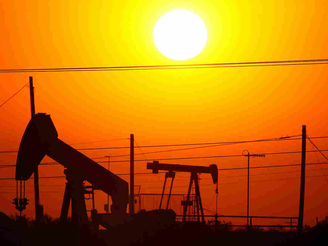 TAFT, CA - JULY 22: Oil rigs just south of town extract crude for Chevron at sunrise on July 22, 2008 in Taft, California. Hemmed in by the richest oil f(Photo by David McNew/Getty Images)