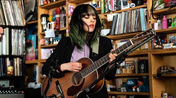 Frances Quinlan joue un concert de Tiny Desk.