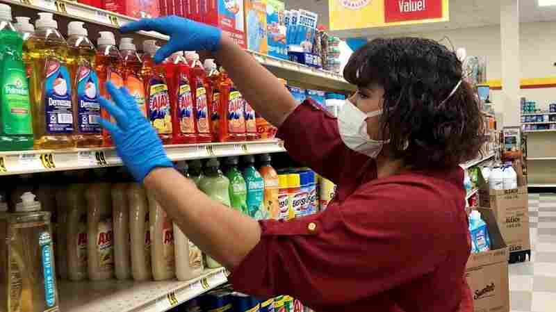 People Can't See It, But This Grocery Worker Still Wears Lipstick Under Her Mask