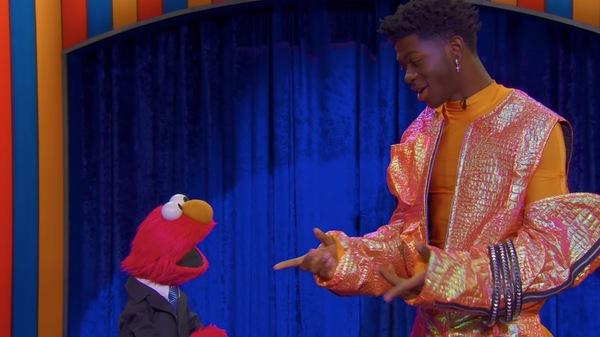 Elmo, gauche et Lil Nas X se produisent dans The Not-Too-Late Show.