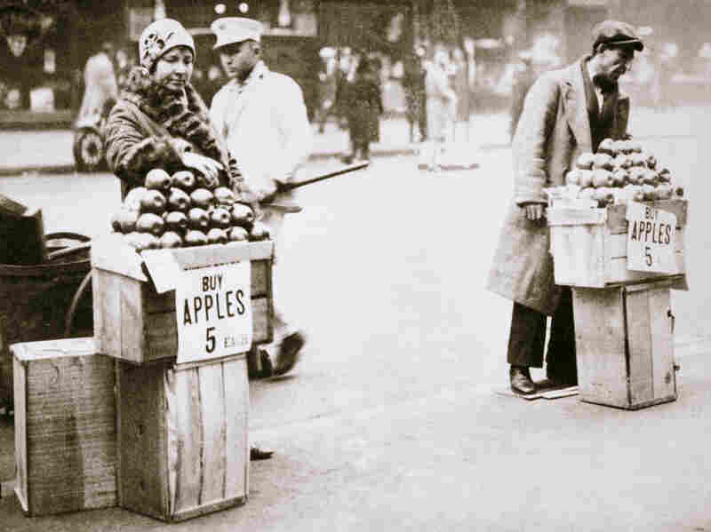 1930: Jobless New Yorkers sell apples on the pavement during the Great Depression.