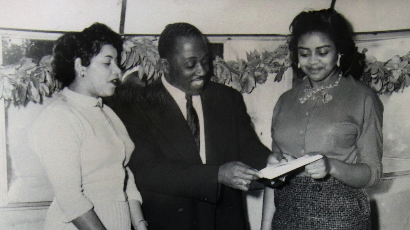 01   minnie forbes accepting ownership contract from ted raspberry wide