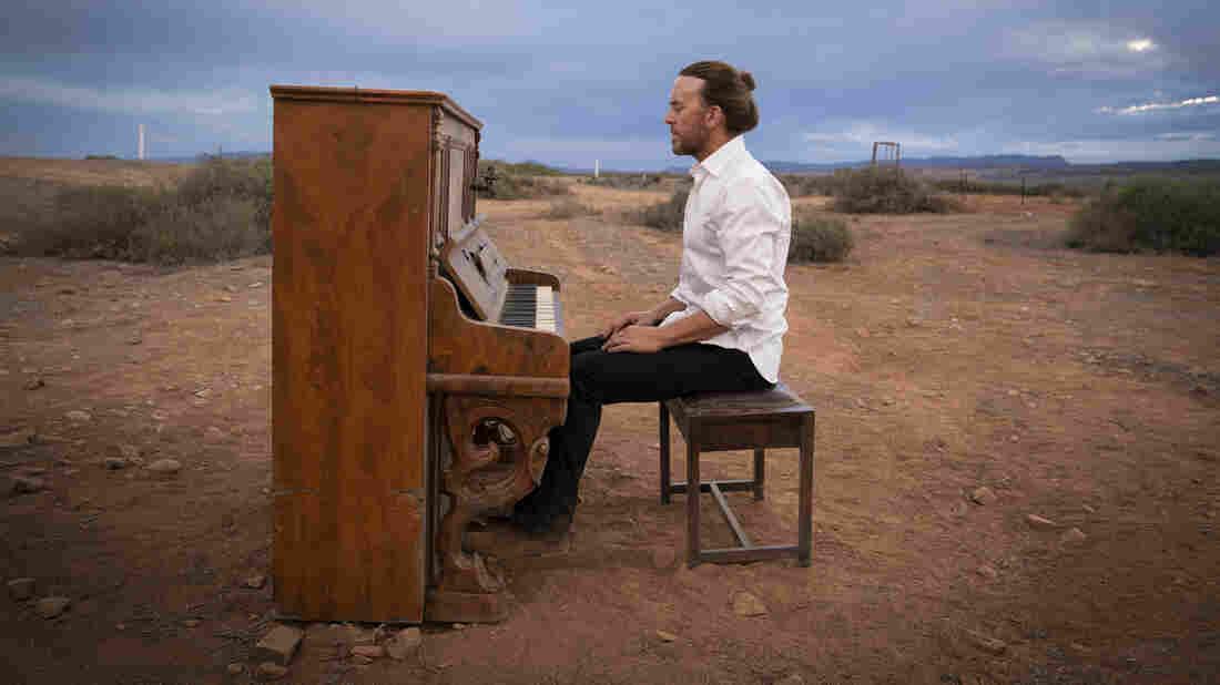 Tim Minchin Hauls A Piano Across Australia In 'Upright'