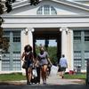Para manter os campi seguros, algumas universidades examinam os alunos para o coronavírus duas vezes por semana
