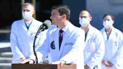 医生:特朗普正在接manbetxapp受类固醇治疗,但可能最早于周一出院
