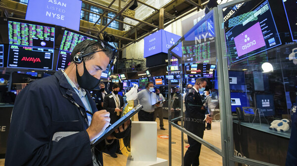Traders gather on the New York Stock Exchange trading floor on Sept. 30. Major U.S. stock indexes rose Wednesday after President Trump said he