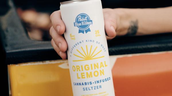 罐装了Pabst Blue Ribbon大麻的柠檬柠檬味清酒无酒精,含5mg的四氢大麻酚。四包装的价格为$ 24。