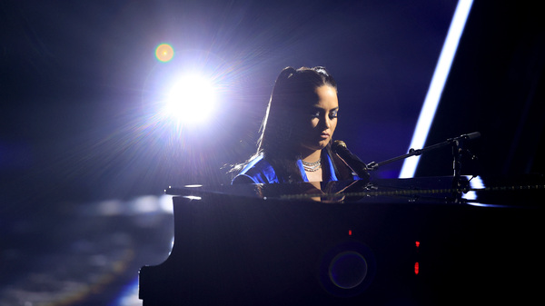 "Demi Lovato在10月14日从洛杉矶播出的Billboard音乐颁奖典礼上表演了""总司令""。在星期三的广告牌音乐奖上获奖。</p> <p>(图片来源:NBC / NBCU摄影库通过Getty Images)</p> <p><img src="