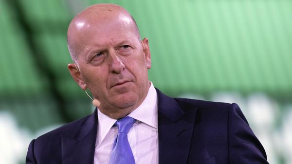 David Solomon, presidente y director ejecutivo de Goldman Sachs, que se muestra aquí en una mesa redonda de negocios en Nueva York el año pasado, se encuentra entre varios ejecutivos del banco que tendrán que devolver parte de su salario.