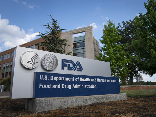 A panel of advisers to the Food And Drug Administration raised questions during a Thursday meeting about some aspects of the agency's approach to reviewing COVID-19 vaccines