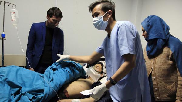 Los pacientes son tratados en un hospital después de un ataque suicida en Kabul, Afganistán, el sábado.  Decenas de personas resultaron heridas.