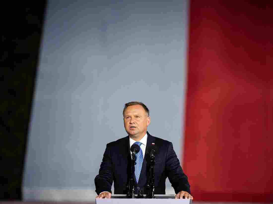 Iga Swiatek to quarantine after meeting coronavirus-positive Polish President Andrzej Duda