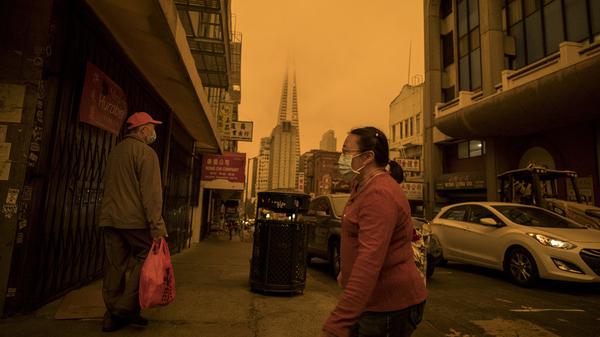 La contaminación es un problema mundial.  Arriba: Stockton Street en el distrito de Chinatown de San Francisco el 9 de septiembre, una época en que la calidad del aire se vio afectada por el viento y los incendios forestales.