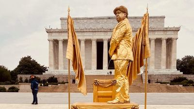 'Living Statues' Mock The President In Front Of Lincoln Memorial And Trump Hotel