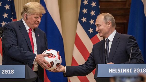 El presidente ruso, Vladimir Putin, le entrega al presidente Trump un balón de fútbol de la Copa del Mundo durante una conferencia de prensa conjunta después de su cumbre el 16 de julio de 2018 en Helsinki.