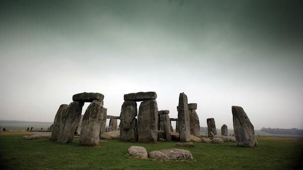 Visitantes y turistas caminan alrededor del antiguo monumento de Stonehenge en 2012 en Wiltshire, Inglaterra.