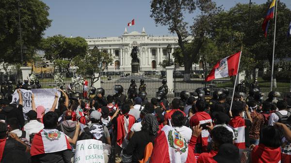 Los manifestantes se reúnen frente al Congreso en Lima, Perú, luego de que el presidente interino Manuel Merino anunciara su renuncia luego de las protestas masivas desatadas cuando los legisladores derrocaron al presidente Martín Vizcarra.