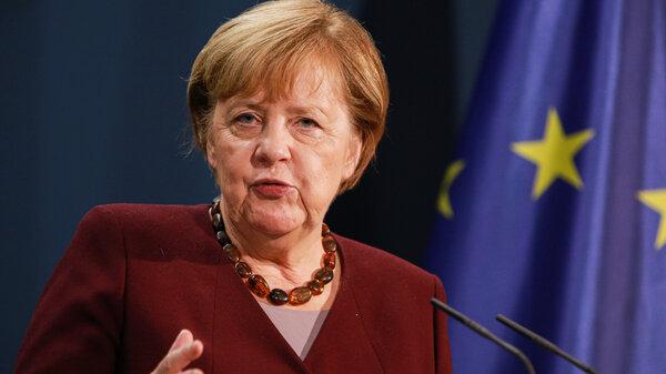 La canciller alemana, Angela Merkel, habla con los medios de comunicación tras su participación en una cumbre virtual de naciones del G20 en la que expresó su preocupación por la falta de un plan para preparar vacunas contra el coronavirus para los países más pobres.