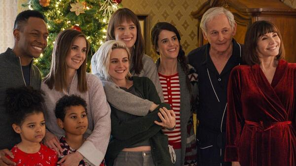 The big family in The Happiest Season includes Burl Moseley, Alison Brie, Kristen Stewart, Mackenzie Davis, Mary Holland, Victor Garber and Mary Steenburgen. (Whew!)