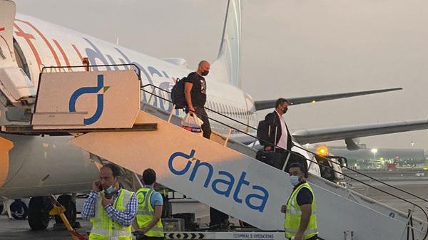 Turistas israelíes desembarcan de un vuelo de FlyDubai desde Tel Aviv a Dubai, el 28 de noviembre.