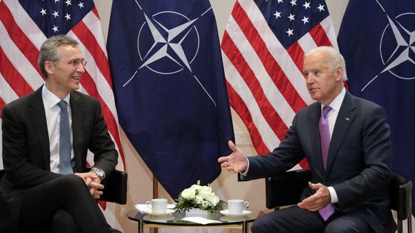 El entonces vicepresidente Biden (derecha) hace un gesto junto al secretario general de la OTAN, Jens Stoltenberg, durante una reunión en Munich, Alemania, el 7 de febrero de 2015.