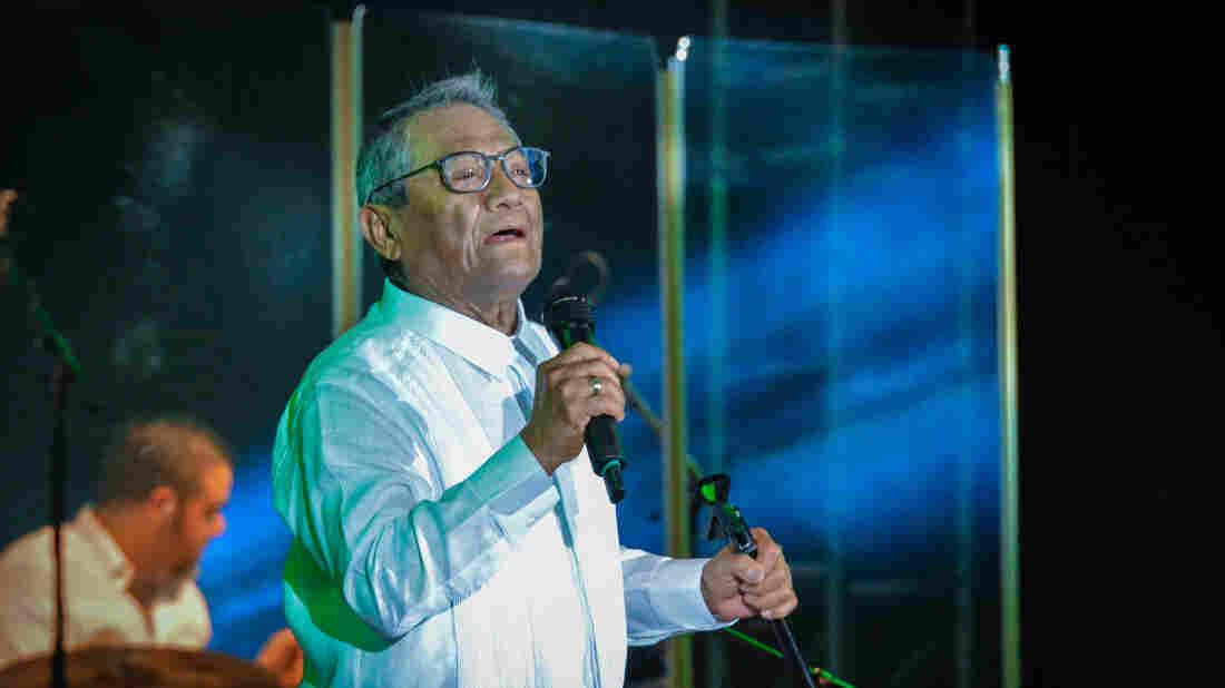 Mexican singer and composer Armando Manzanero performs in Havana in 2018.