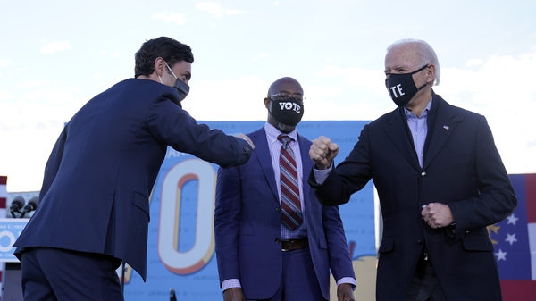 President-elect Joe Biden campaigned in Atlanta for Senate candidates Raphael Warnock (center) and Jon 奥索夫 (left). President 王牌 also traveled to Georgia to campaign for the Republican candidates.