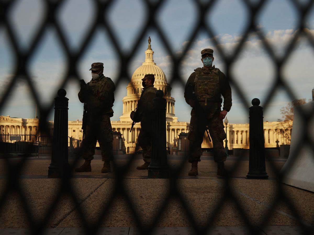 ワシントンDC-1月14日:下院がドナルド・トランプ大統領を二番目に弾劾することに決定した次の日、ニューヨーク州防衛軍は、米国国会議事堂を囲んでいるフェンスに沿って警備しています。