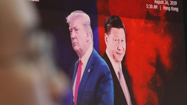 A computer screen in Seoul shows images of Chinese President Xi Jinping and President Trump in 2019.
