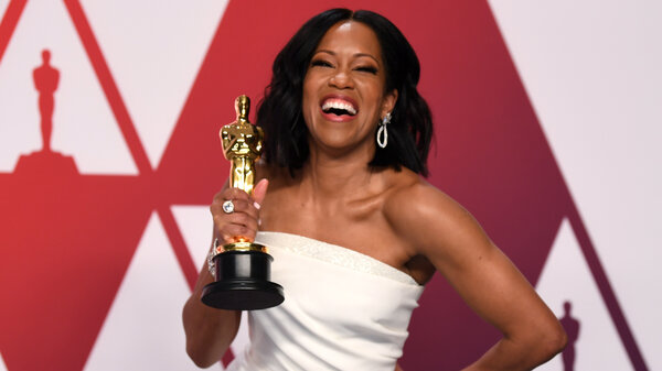 Regina King poses with her Oscar for her performance in If Beale Street Could Talk.
