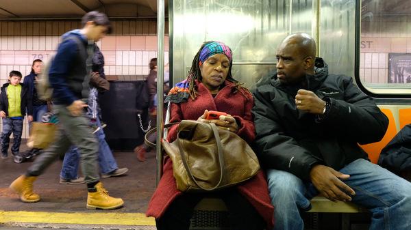 Sheila Rule和Joe Robinson乘地铁前往2016年11月20日在曼哈顿举行的河滨教堂监狱部会议。Rule和Robinson结婚近12年,而Joe仍被监禁,这是他们自2000年以来首次在一起