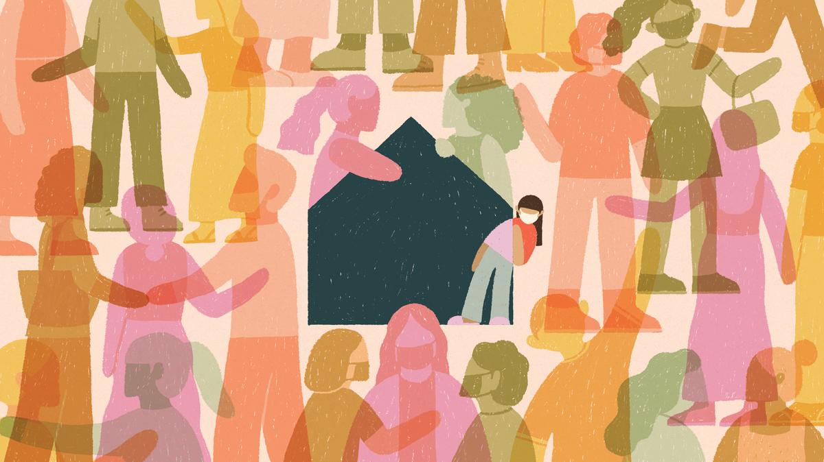 Απεικόνιση ενός χαρακτήρα που φορά μια μάσκα προσώπου, που κοιτάζει ελαφριά μέσα από την μπλε σκιαγραφία ενός σπιτιού μεσαίου πλαισίου.  Περιβάλλεται από έντονα χρωματισμένες σιλουέτες ανθρώπων που φτάνουν στην κοινότητα γύρω από το σπίτι, γεμίζοντας το πλαίσιο.