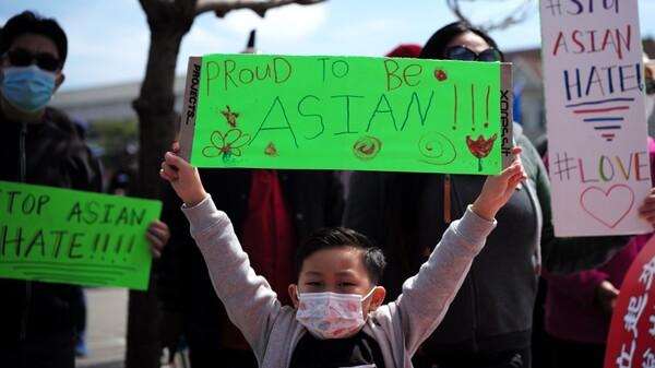 一个举着牌子的男孩参加了在加利福尼亚州奥克兰举行的Stop A Hate Rate集会。 </p> <p>(图片来源:吴小玲/新华社/ Getty Images)</p> <p><img src=