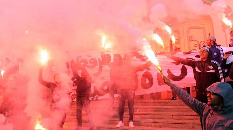وردد المتظاهرون التونسيون هتافات ورددوا هتافات خلال احتفالات وسط العاصمة التونسية في 14 يناير 2018 ، بمناسبة الذكرى السابعة للانتفاضة التي أطاحت بالرئيس السابق زين العابدين بن علي وأطلقت الربيع العربي.