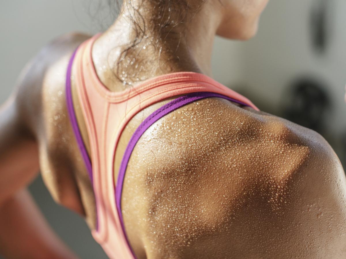 Una donna suda durante l'attività fisica.