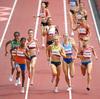 オリンピックのランナーは、最終ラップの1,500で転倒しました。 彼女はまだレースに勝った