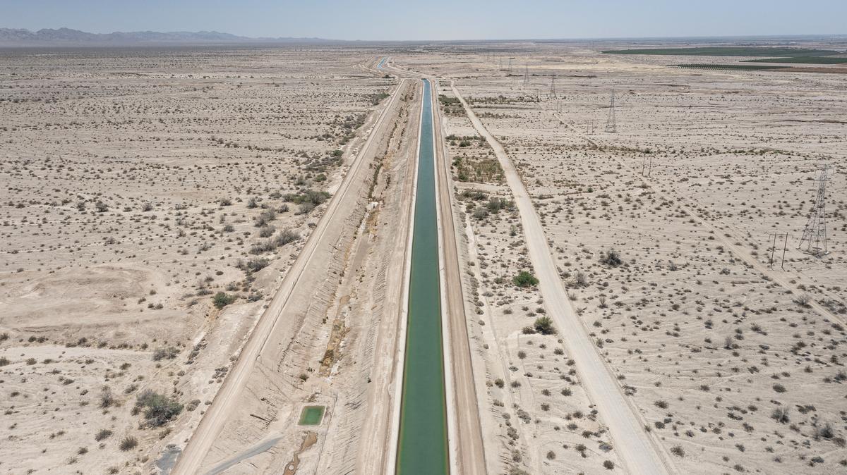 Un canal de riego en el desierto del sur de California lleva agua a las tierras agrícolas donde se cultivan en el desierto cerca del Mar de Salton.